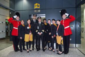"""L'equipaggio di Air India dà il benvenuto """"tradizionale"""" al Terminal 2 di Heathrow."""