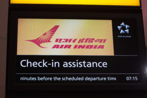 Logo di Air India sopra i banchi check-in al Terminal 2 di Heathrow