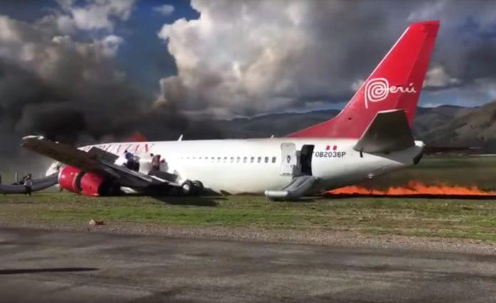 Il Boeing 737 della Peruvian Airlines durante l'evacuazione dopo l'incidente